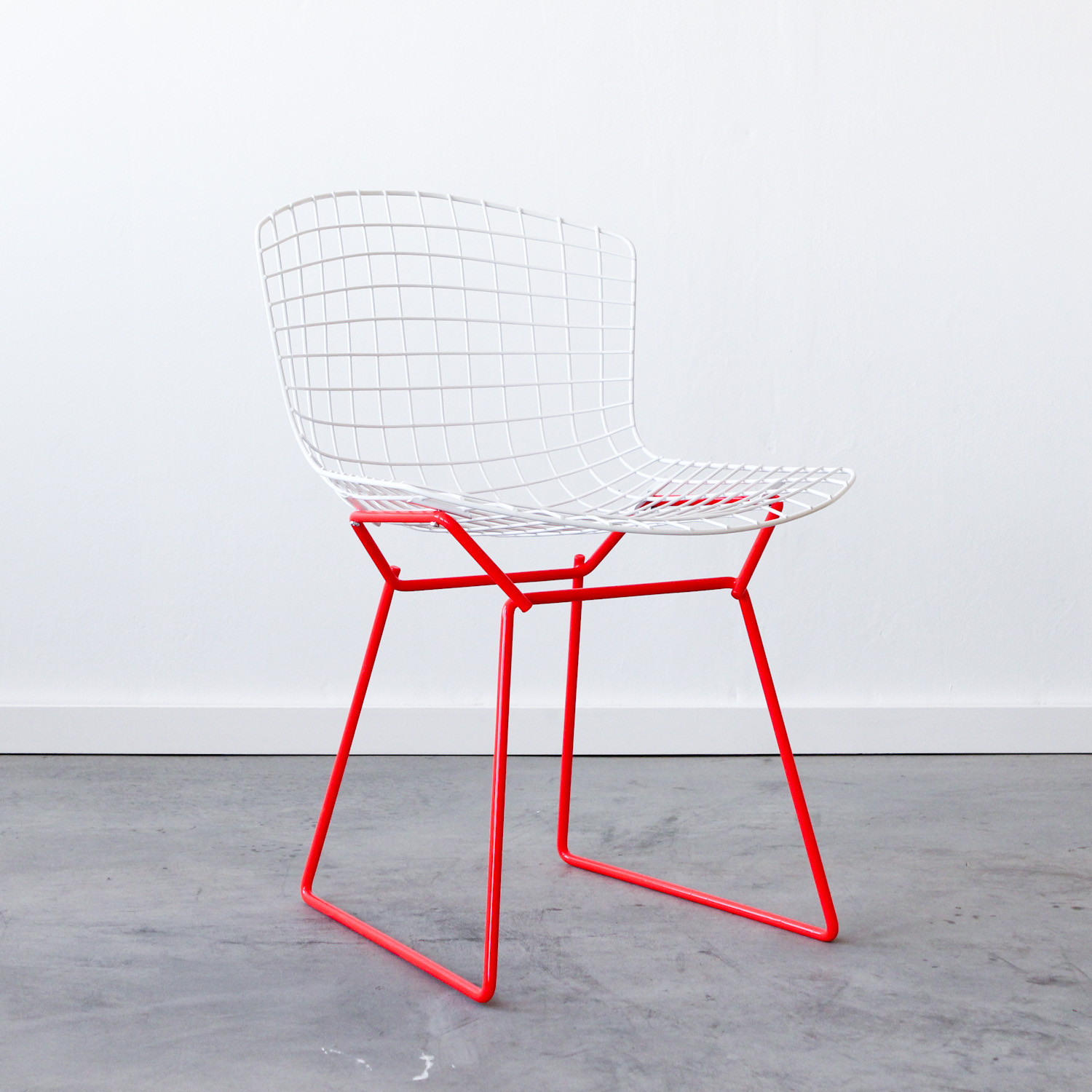 Knoll bertoia side chair white red cast crew for Bertoia stoel