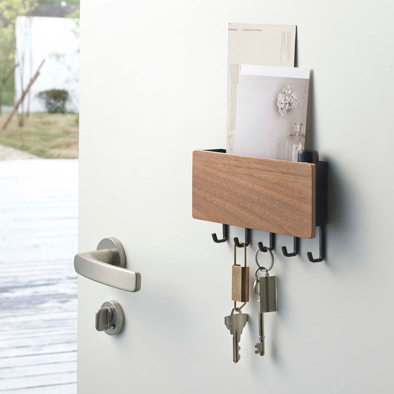 rin magnetic key hook tray the yamazaki touch of modern. Black Bedroom Furniture Sets. Home Design Ideas